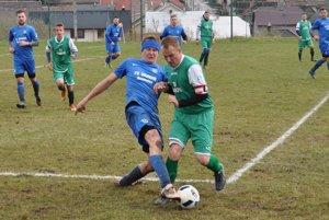 Zápas Brezovice (v modrom) a Vitanovej (v zelenom) mal od úvodných minút poriadny náboj. Veď išlo o derby cez kopec.
