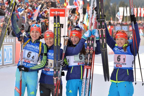 Oľga Abramovová (druhá sprava) bola aj súčasťou ukrajinskej štafety, ktorá obsadila tretie miesto v decembrových pretekoch na 4x6 km v Hochfilzene.