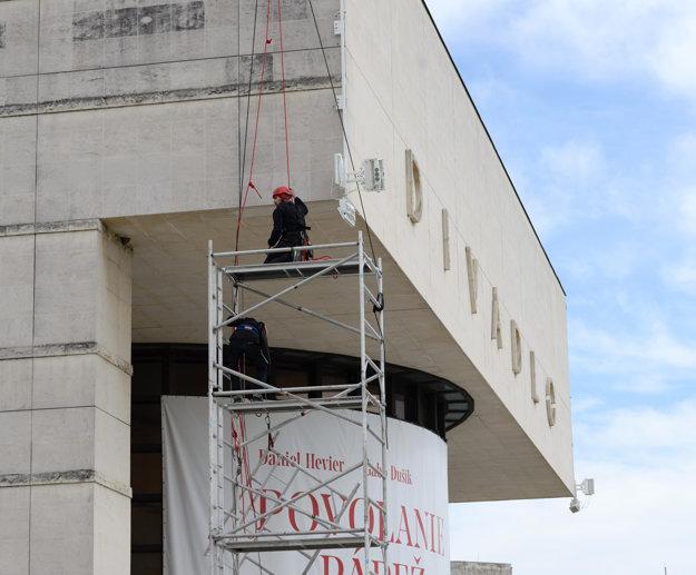 Montáž osvetlenia na divadlo trvala tri dni.