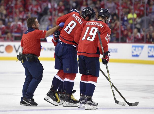 Najväčšia hviezda Washingtonu Capitals Alexander Ovečkin opúšťa za pomoci spoluhráčov ľad v piatom zápase série play-off proti Torontu. V druhej časti hry sa však do zápasu vrátil.