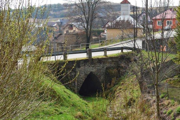 Vzácna technická pamiatka kamenný gotický most, postavený pravdepodobne už koncom 13. storočia, dodnes funkčný a používaný.