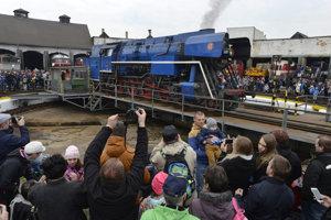 Na snímke z točne v depe je parný rušeň Papagáj – 477.013, prevádzkovateľ Klub železničných historických vozidiel Poprad (KŽHV).