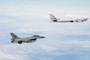 Nórska F-16 a ruský Tupolev Tu-95 v októbri v medzinárodnom  vzdušnom priestore na severe Nórska.