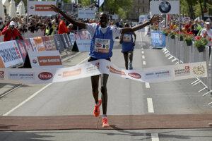 Albert Korir prechádza cieľom Viedenského maratónu na prvom mieste.