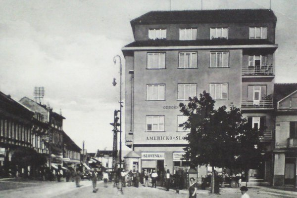 V tejto budove na námestí kedysi sídlila Americko-slovenská banka.