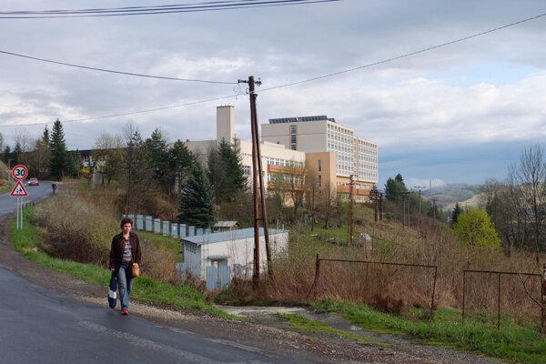 Dnes chodci využívajú okraj cesty.