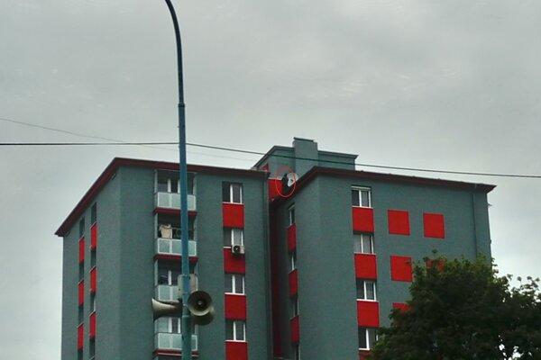 Muž (v červenom krúžku) chcel skočiť zo sedemposchodového činžiaku.