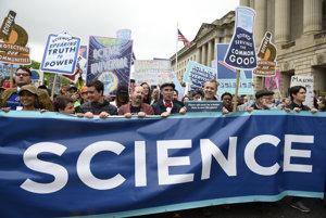 Ak v uliciach vidíce pochodovať vedcov, spoločnosť má vážny problém.