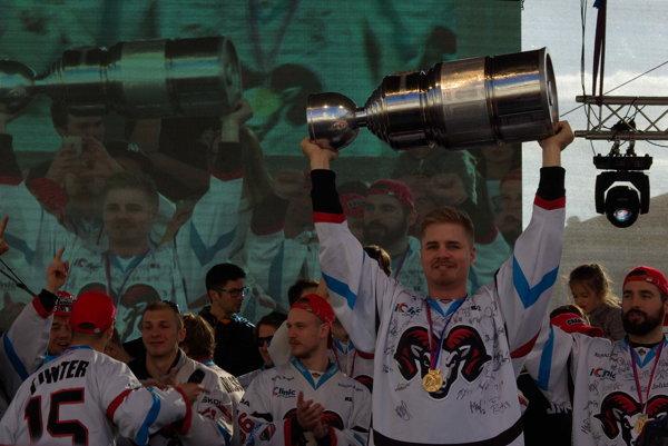 V popredí Martin Belluš s víťaznou trofejou.