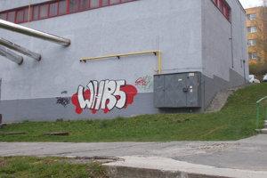 Posprejovaná stena budovy kotolne.