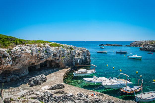 Pobrežie na Menorke je lákavé, ale oplatí sa vidieť aj vnútrozemie.