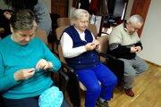 Seniori vyrábali prsteňe zdrôtu akoráliku.