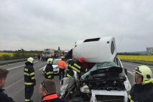 Nehoda dodávky a cestárov neďaleko Hlohovca zablokovala diaľnicu na viac ako hodinu.