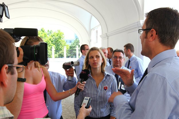 Milena Fabšičová počas tlmočenia pre Deaflympijský výbor Slovenska