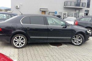 Ukradnuté čierne auto Škoda Superb.