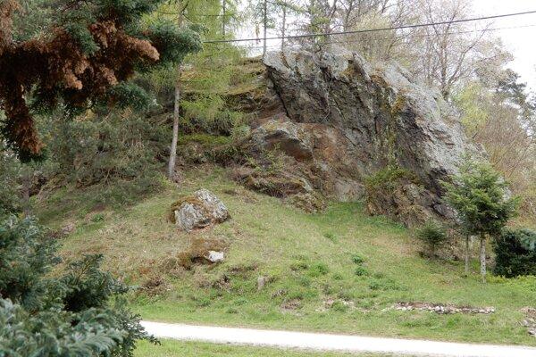"""V obci Vlachovo sa nachádza prírodný útvar, ktorý miestni nazývajú """"skauka"""". V minulosti mala na vrchu skaly grófka Andrássyova malý altánok, odkiaľ videla na celú obec. Dnes je pod bralom skalnaté pódium, ktoré obec využíva na rôzne folklórne vystúpenia. Na snímke skalnaté bralo v strede obce."""