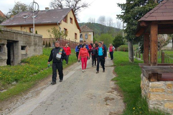 Turisti z Lehoty nad Rimavicou pri návrate z turistického výstupu na vrch Sinec.