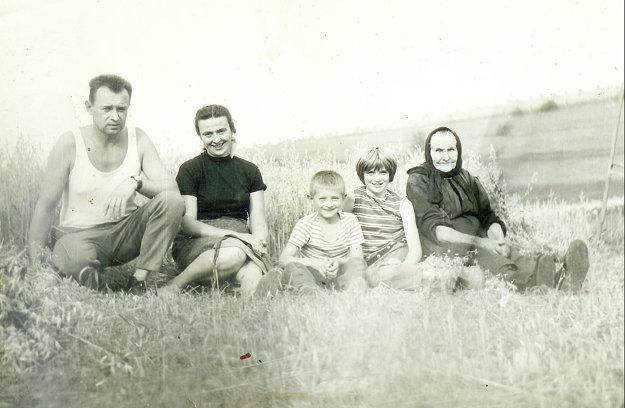 Ján Zaťka smanželkou Elenou, deťmi Jánom aElenou amamou.