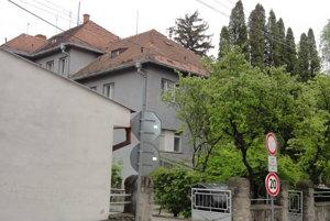 Strecha mestského úradu ohrozuje ľudí, ktorí prechádzajú popri zadnej časti budovy.