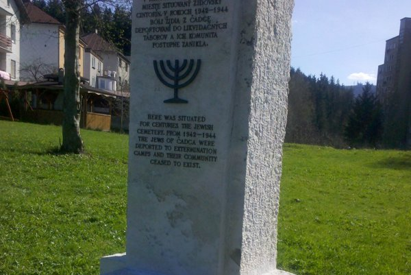 Na Podjavorinskej ulici stojí pamätník obyvateľom židovskej komunity.