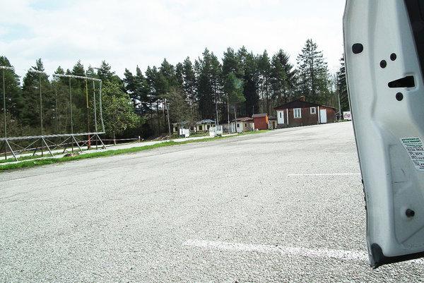 Tabuľa na premietanie je na parkovisku osadená stále. Otom, či tam zostane aj toto leto, rozhodnú poslanci.