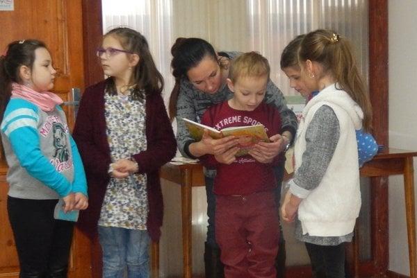Žiaci prišli do knižnice, aby sa spolu povenovali otázkam životného prostredia.