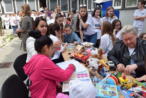 Dobrovoľníci pri pomoci v trebišovskej nemocnici.