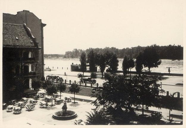 Koniec štyridsiatych rokov, kaviareň Taranda, zľava časť vodných kasární.
