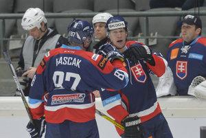 Obranca Michal Čajkovský (vpravo) patrí medzi nováčikov na svetovom šampionáte. V slovenskom tíme je ich viac ako tretina.