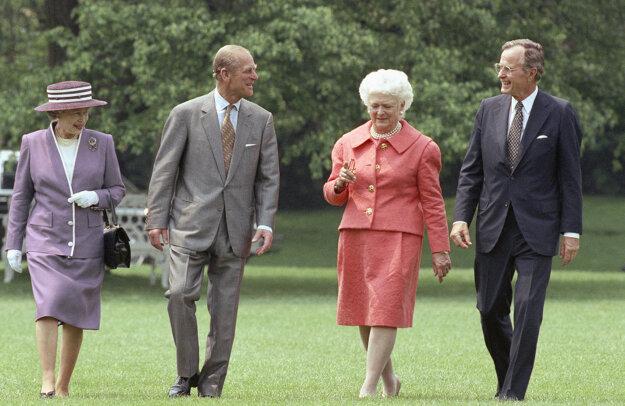 Na archívnej snímke z 14. mája 1991 vtedajší americký prezident George W. Bush a prvá dáma USA Barbara Bushová a britská kráľovná Alžbeta II. a jej manžel princ Philip vo Washingtone.