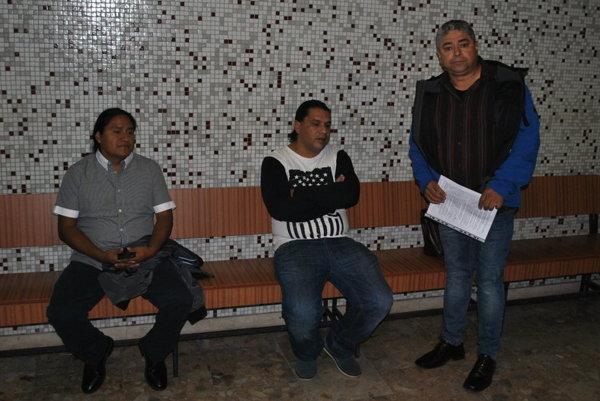 Poškodení na súde. Zľava José, Rudolf a Octavio. S rozsudkom neboli spokojní.