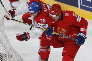 Bielorus Roman Graborenko (vpravo) bojuje o puk s Čechom Robinom Hanzlom.