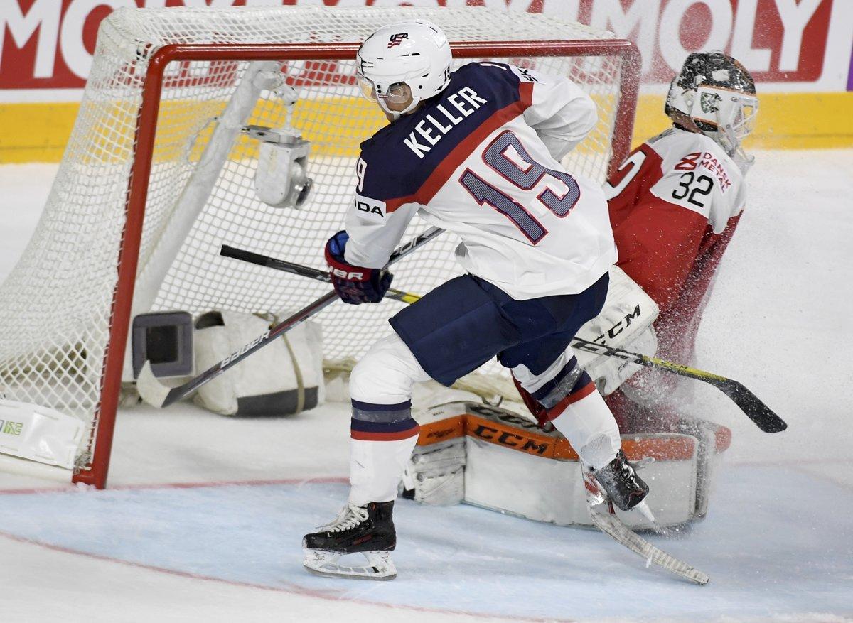 3e8cf737cecd7 Hráč Spojených štátov Clayton Keller (vľavo) strieľa jeden z gólov USA do  siete Dánska