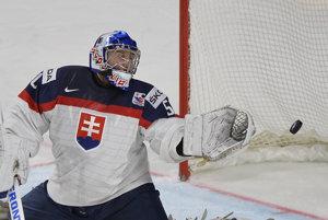 Ján Laco sa márne naťahuje za pukom po strele z hokejky Janisa Spruktsa.