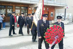 Hasiči položili veniec k pamätníku obetiam dvoch svetových vojen.