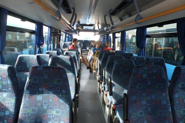 Prímestské autobusy využíva málo cestujúcich.