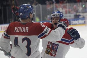 Českí hokejisti Jan Kovář a Jakub Jeřábek sa tešia z gólu do siete Fínska.