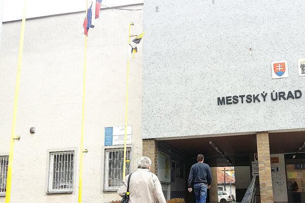 Vlajky pred mestským úradom.