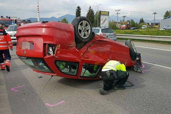 Pri nehode pod Bystričkou ostalo prevrátené jedno auto.