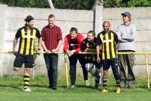 Za domácich si zahral 15 minút aj hokejista Juraj Štefanka (celkom vľavo).