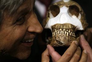 Profesor Adam Habib s rekonštrukciou tváre Homo naledi z predstavenia nového druhu v roku 2015.