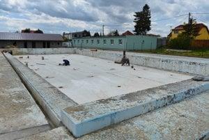 Práce na oprave kúpaliska v Kežmarku.