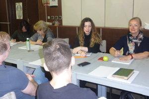 Herci počas čítacej skúšky s režisérkou Evou Borušovičovou.