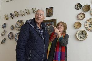 Turisti z Izraela počas prehliadky výstavy.