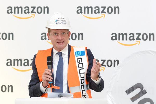 Na snímke minister hospodárstva SR Peter Žiga počas tlačovej konferencie spoločnosti Amazon spojenej s predstavením nového logistického centra spoločnosti v areáli Mountpark Sereď.