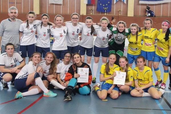 Florbalistky FBK Zákamenné (v bielych dresoch) a FBK Tvrdošín (v žltých) si zahrali proti sebe v Nemšovej dvakrát.