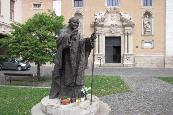 Socha Jána Pavla II. v Trnave.
