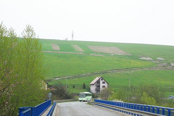 Na kopci nad dedinou budú stavebné pozemky.
