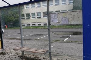 Michalovské zastávky. Mnohé sa stávajú terčom vandalov.