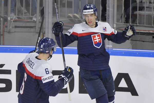 Andrej Kudrna sa teší z gólu spolu s Lukášom Cingelom, ktorý mu asistoval.